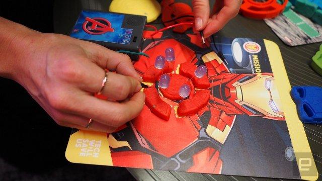 Дети играют в механиков для героев Marvel с помощью Electro Hero Kit. Скриншот 1