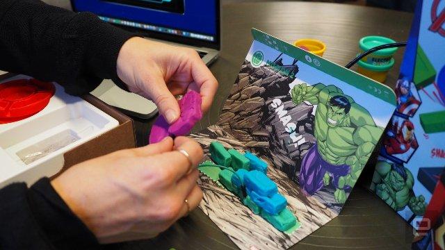 Дети играют в механиков для героев Marvel с помощью Electro Hero Kit. Скриншот 3
