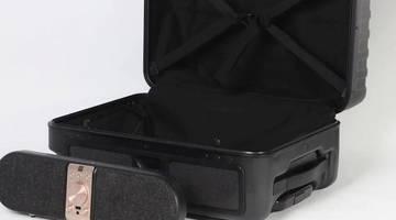 Этот чемодан поставляется со съемным динамиком Bluetooth
